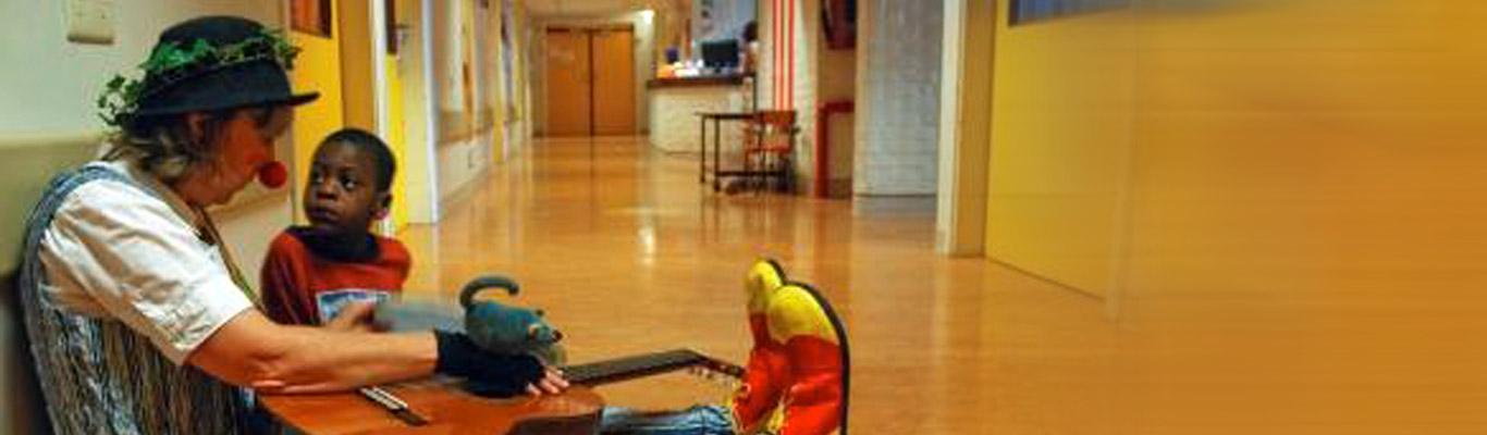 Pascalou assise par terre avec un petit garçon