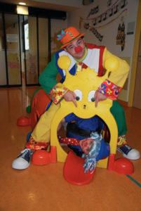 2 hôpiclowns jouent dans l'espace enfants de l'hôpital