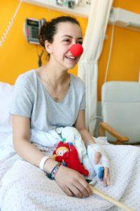 Une adolescente hospitalisée qui retrouve le sourire grâce aux pitreries des hôpiclowns. Elle a même reçu son nez rouge.